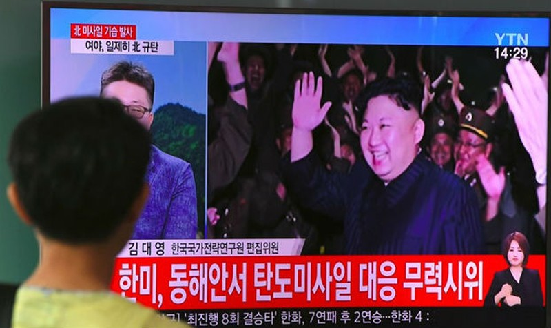 Lãnh đạo Kim Jong Un thị sát vụ thử tên lửa hôm 28/7. Ảnh: Reuters/Zing