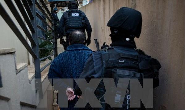 Cảnh sát liên bang Australia bắt giữ một đối tượng bị cáo buộc buôn bán ma túy tại Sydney. (Nguồn: EPA/TTXVN)
