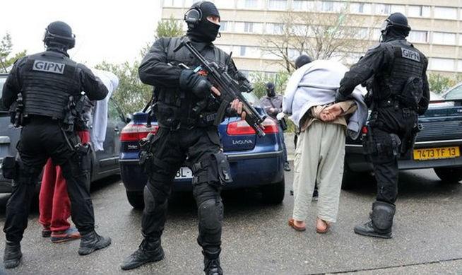 Số đối tượng bị cơ quan chức năng Pháp đưa vào diện giám sát để đề phòng có các hành vi cực đoan đã tăng lên 18.500 người. Trong ảnh: Cảnh sát Pháp bắt giữ một đối tượng tình nghi