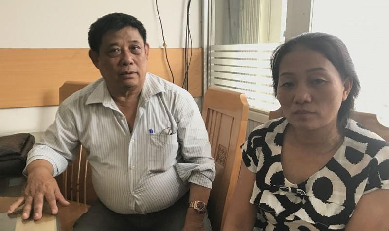 Bà Nguyễn Thị Bích Phượng và ông Tạ Miên Linh trình bày sự việc với phóng viên