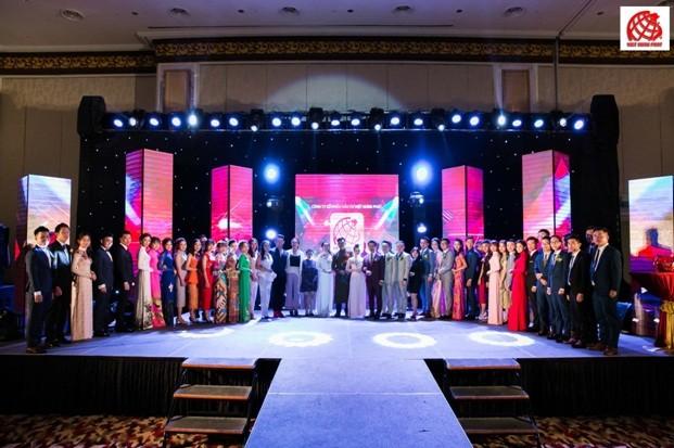 Kim Phát - Việt Hưng Phát tỏa sáng cùng áo dài của Nhà thiết kế nổi tiếng Đinh Văn Thơ