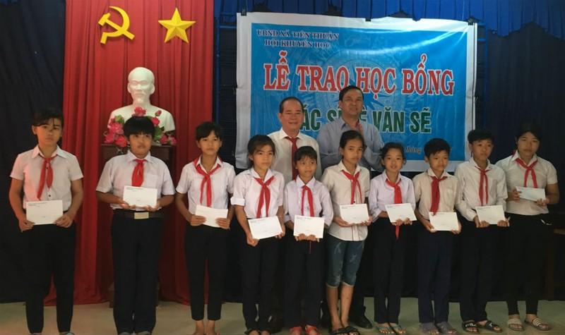Học sinh quê nghèo được trao học bổng bác sĩ Lê Văn Sẽ