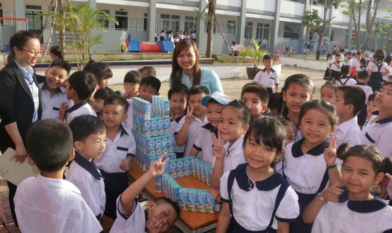 Thêm 10.000 học sinh được uống sữa Cô gái Hà Lan