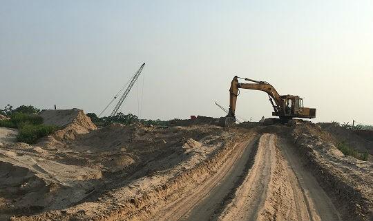 Các bến bãi vẫn hoạt động rầm rộ, không ngừng tập kết cát