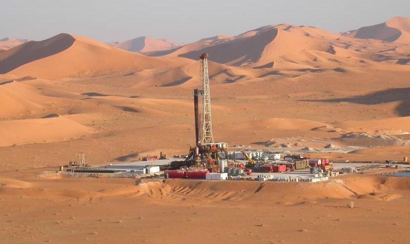 """""""Sự giàu có giả tạo"""" của Algeria có thể sụp đổ khi xảy ra cú sốc sụt giảm giá dầu. Trong ảnh: Khai thác dầu ở mỏ El Merk, Algeria"""