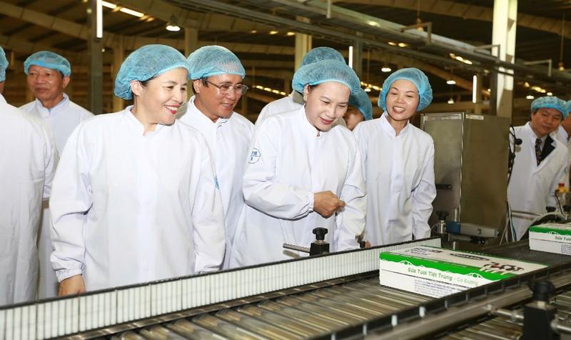 Chủ tịch Quốc Hội Nguyễn Thị Kim Ngân cùng bà Mai Kiều Liên - Tổng giám đốc Vinamilk tham quan dây chuyền sản xuất của nhà máy Sữa nước Việt Nam