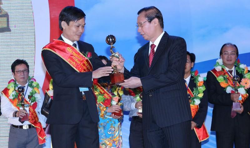 Tổng Giám đốc Lê Quang Trưởng nhận Cúp vàng doanh nghiệp do nguyên Phó Chủ tịch Quốc hội Nguyễn Đức Kiên trao tặng