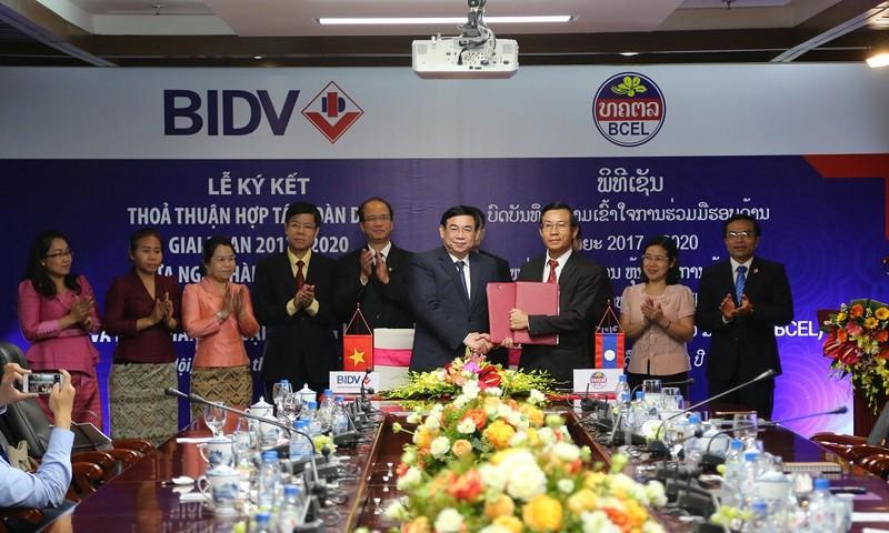 Ông Phan Đức Tú - TGĐ BIDV (bên trái) và Ông Phoukhong Chanthachack - TGĐ BCEL đại diện hai ngân hàng ký Thỏa thuận hợp tác toàn diện