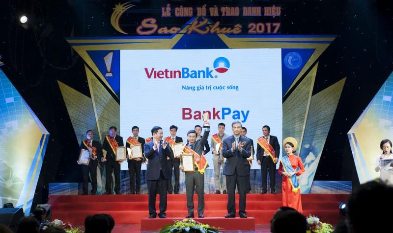 Ông Nguyễn Hoàng Nguyên - Phó Giám đốc Trung tâm CNTT VietinBank nhận Danh hiệu Sao Khuê 2017 cho sản phẩm BankPay. Ảnh: Thanh Nga