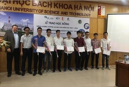 Tổng giám đốc Công ty AES-TKV Mông Dương trao học bổng cho các sinh viên