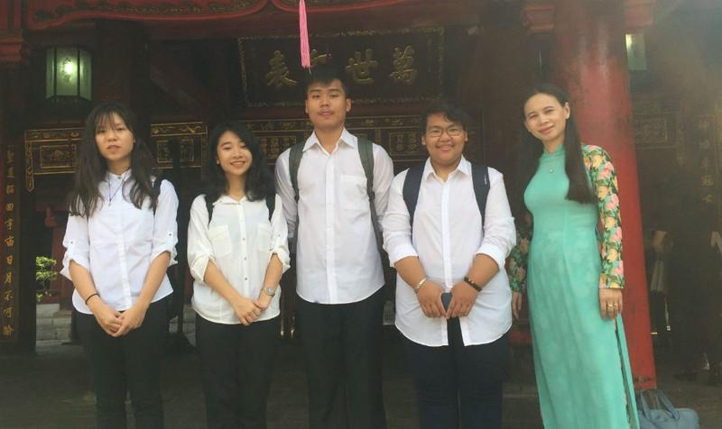 Cô Lý và 4 học sinh đoạt giải tại ISEF 2017