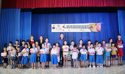 Trao quà Trung thu cho trẻ em nghèo