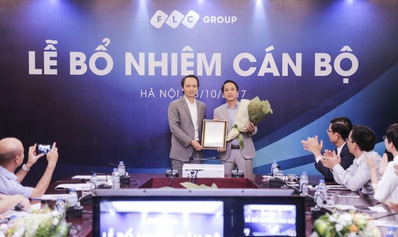 Chủ tịch HĐQT Tập đoàn FLC ông Trịnh Văn Quyết trao Nghị quyết bổ nhiệm chức vụ Phó tổng giám đốc cho ông Nguyễn Thanh Bình