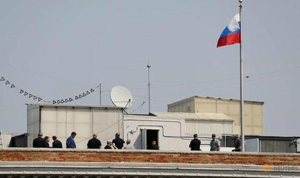 Một số người được nhìn thấy trên mái nhà của Tổng lãnh sự quán Nga ở San Francisco, California, Mỹ, ngày 2/9. Ảnh: Reuters/Zing