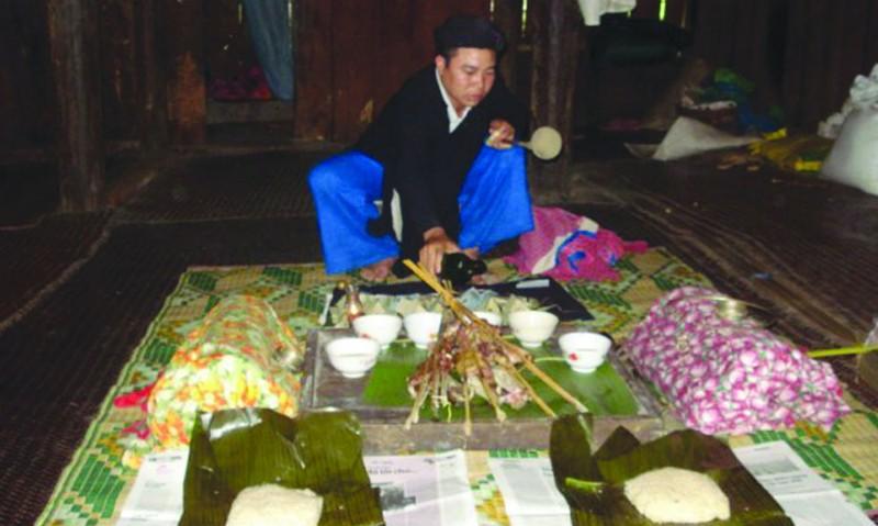Một nghi thức cúng chín trong Lễ cúng sức khỏe của dân tộc Lô Lô đen ở huyện Bảo Lạc, Bảo Lâm (Cao Bằng) - Ảnh Nông Tiến Quyết