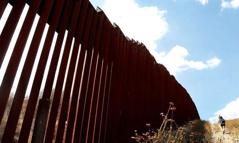 Bức tường biên giới giữa Tecate, Mexico và Tecate, Mỹ