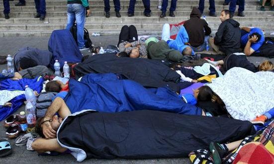Tháng 5/2017, có tới 70% người dân Hungary phản đối việc tiếp nhận người nhập cư. Trong ảnh: Người nhập cư nằm vạ vật bên ngoài nhà ga đường sắt phía Đông ở Budapest