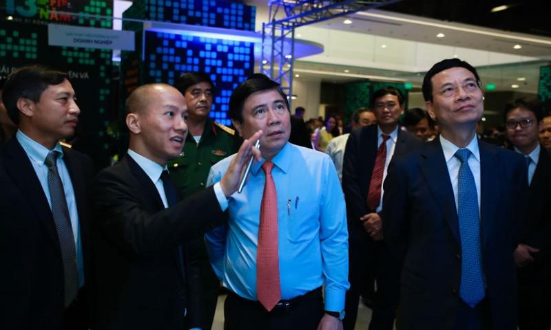 Chủ tịch UBND TP.HCM Nguyễn Thành Phong tham quan triển lãm