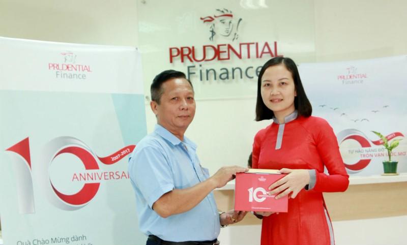Một khách hàng có khoản vay tín chấp mới vui vẻ đón nhận quà tặng đặc biệt từ Công ty Tài chính Prudential Việt Nam nhân sự kiện kỷ niệm 10 năm thành lập. Ảnh: Bảo Thịnh