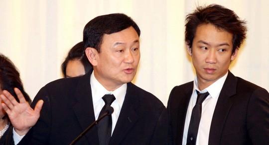 Cựu Thủ tướng Thái Lan Thaksin Shinawatra (trái) và con trai Panthongtae Shinawatra. Ảnh: The Nation/NLĐ