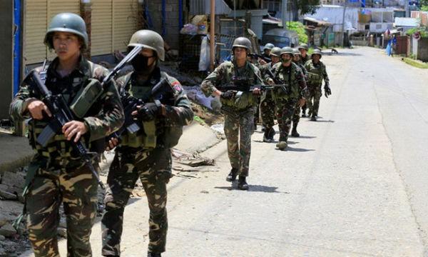 Quân đội Philippines truy quét chân rết IS tại thành phố Marawi. Ảnh: Reuters/VTV