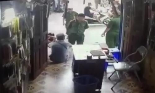 Hình ảnh do camera ghi lại cho thấy, nhóm cảnh sát thứ nhất đã không có bất kỳ tín hiệu dừng xe nào đối với anh Hải