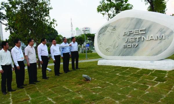 Bộ trưởng Bộ Ngoại giao Phạm Bình Minh và lãnh đạo TP Đà Nẵng tham quan Công viên tượng APEC trước khi khai trương