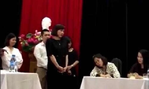 """""""Chúa đất"""" đang ngoẹo cổ răn dạy cán bộ Cung Thiếu nhi Hà Nội trong cuộc họp của đơn vị này ngày 26/10/2017 (Ảnh cắt từ clip)"""