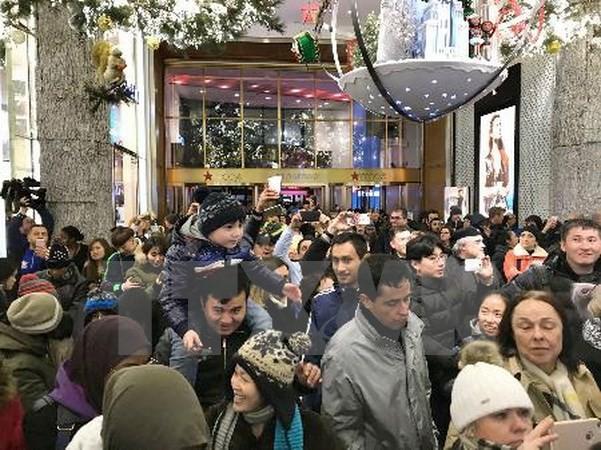 Nhập mô tả cho ảnhKhách hàng xếp hàng chờ mua sắm bên ngoài cửa hiệu Macys tại New York, Mỹ ngày 23/11. (Ảnh: Kyodo/TTXVN)