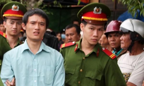 Cảnh sát áp giải Vũ về trại giam sau khi phiên tòa kết thúc sáng nay. Ảnh: Ngọc Oanh/Zing