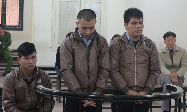 Việt (ngồi) và Dũng, Tú tại tòa