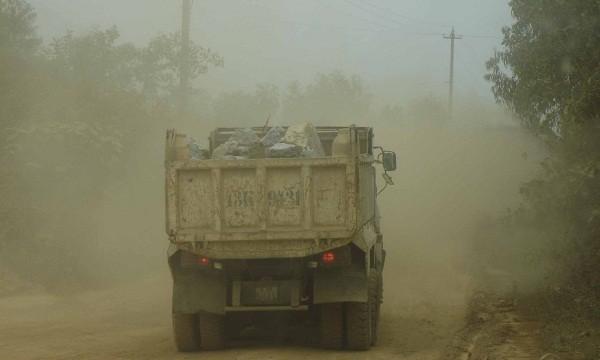 Bụi đất đá bay mù mịt trên đường vào làng Phước Thuận và  Thạch Nham Đông