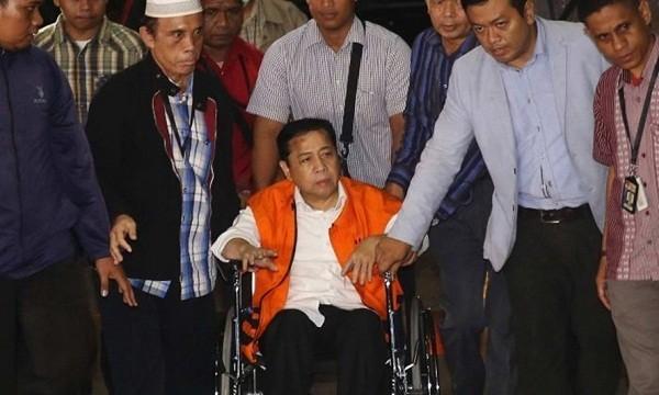 Chủ tịch Quốc hội Indonesia Setya Novanto khi bị bắt giữ với cáo buộc tham nhũng. Ảnh: AP