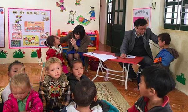 Khám sức khỏe cho các học sinh tại điểm Trường Nà Bản, xã Xuân Lạc, huyện Chợ Đồn, Bắc Kạn