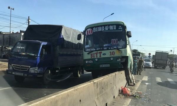 Chiếc xe buýt nằm chênh vênh trên dải phân cách bê tông