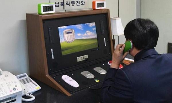Một quan chức Hàn Quốc nói chuyện với quan chức Triều Tiên qua đường dây nóng
