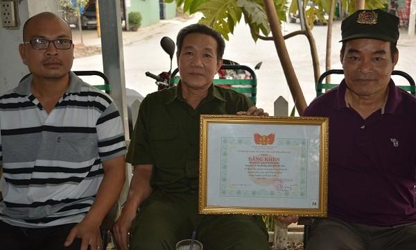 Tổ tự quản nhận bằng khen của Ủy Ban mặt trận tổ quốc Việt Nam tỉnh Đồng Nai