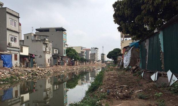 Diện tích đất nhà ông Hùng bị cưỡng chế nằm song song với nhiều diện tích đất khác bị lấn chiếm nhưng không bị cưỡng chế
