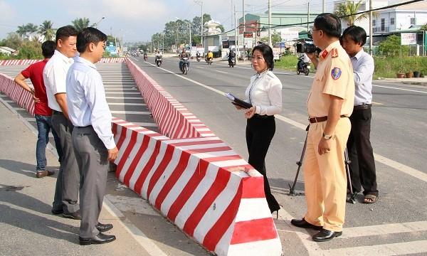 Bà Trần Thị Xuân – Phó Trưởng ban An toàn giao thông TP Cần Thơ cùng lực lượng chức năng quận Thốt Nốt khảo sát tại tiểu đảo cuối tuyến đường tránh trung tâm quận Thốt Nốt