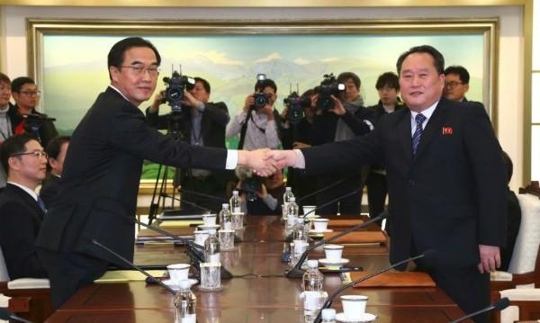 Bộ trưởng Bộ Thống nhất Hàn Quốc Cho Myung-Gyun (trái) và trưởng phái đoàn đàm phán Triều Tiên Ri Son-Gwon