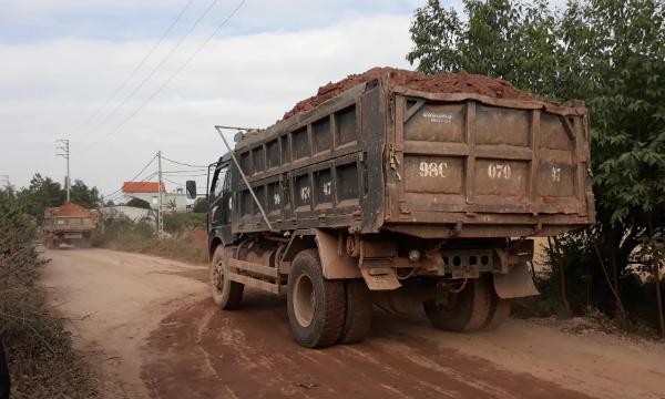 Những chiếc xe chở đất, đá không che đậy có dấu hiệu quá khổ quá tải nối đuôi nhau cày nát đường liên xã