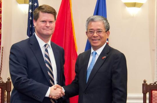 Đại sứ Việt Nam tại Mỹ Phạm Quang Vinh tiếp Trợ lý Bộ trưởng Quốc phòng Randall Schriver - Ảnh: Đại sứ quán Việt Nam tại Mỹ