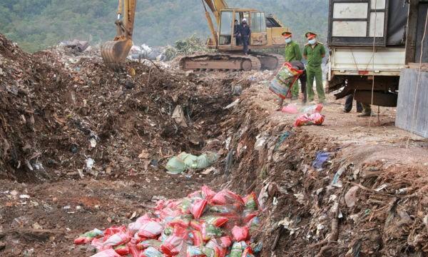 Cơ quan chức năng tiến hành tiêu hủy 200 tấn phân bón hết hạn, nhập lậu. Ảnh dangcongsan.vn