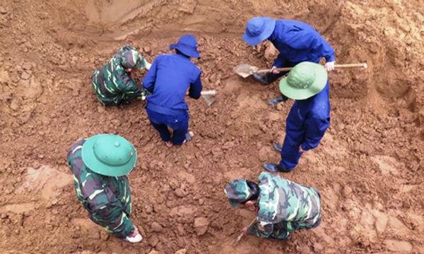Đội Quy tập hài cốt liệt sĩ 584 đào bới từng cm đất tìm kiếm hài cốt liệt sĩ