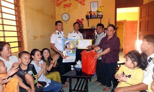 Đại diện Hải đoàn 129 tặng quà tết các hộ dân xã đảo Sinh Tồn