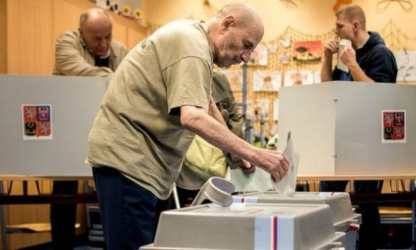 Mỗi lá phiếu của cử tri trong vòng 2 cực kỳ quan trọng bởi cơ hội cho hai ứng cử viên hàng đầu là ngang nhau