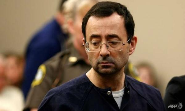 """Cựu bác sĩ """"yêu râu xanh"""" Larry Nassar có thể sẽ bị kết án tới 300 năm tù"""
