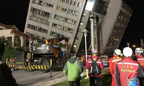 Nhiều tòa nhà ở Hoa Liên đã đổ sập, trong đó có một khách sạn lớn, khiến hàng loạt du khách bị thương. (Ảnh: EPA/VTV)