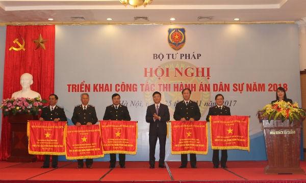 Bộ trưởng Lê Thành Long trao Cờ Chính phủ cho các đơn vị có thành tích xuất sắc tại Hội nghị triển khai công tác THADS 2018