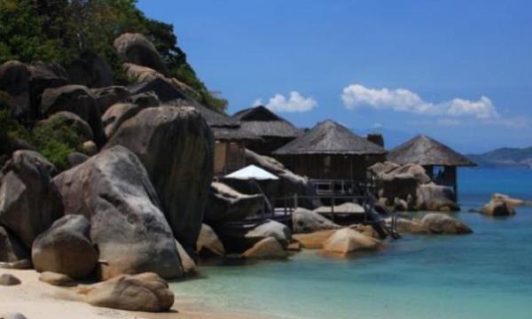 Nha Trang là thành phố có những bãi biển đẹp nhất Đông Nam Á, nơi những khách sạn, khu căn hộ nghỉ dưỡng 4 sao, 5 sao luôn kín phòng (Ảnh: CNN)